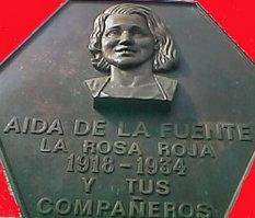 Lápida en el monumento que Oviedo dedicó en 1995 a Aida Lafuente: obsérvese la falsa fecha de nacimiento de 1918, que necesita el mito para convertir a la heroica revolucionaria en una niña víctima